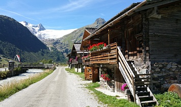 The traditional alpine village of Innergschlöß with views to the Großvenediger (3674m)