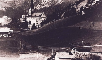 The originally almost unspoilt  Pfarranger with views to the church in Matrei - in the foreground the since torn-downLichtackerer Hof